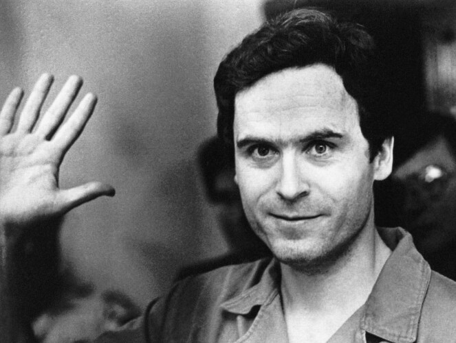 THEODORE BUNDY: Theodore Bundy vinker til pressen etter en av de første rettssakene i 1978. FOTO: NTB Scanpix