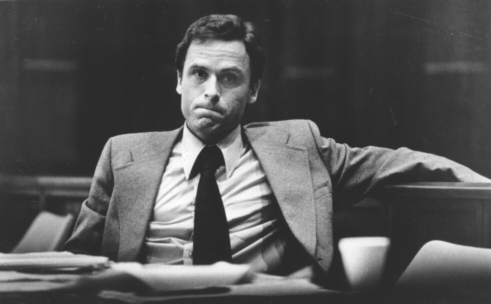 TILTALT: Her sitter Ted Bundy i rettssalen i Miami i 1979, tiltalt for nok et drap på en ung jente. FOTO: NTB Scanpix