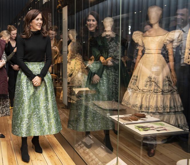 <strong>STORT FORBRUK:</strong> Kronprinsessen, her fotografert på åpningen av en utstilling, innrømmer at hun har hatt et stort forbruk av klær opp gjennom årene. Foto: Hanne Juul / Aller