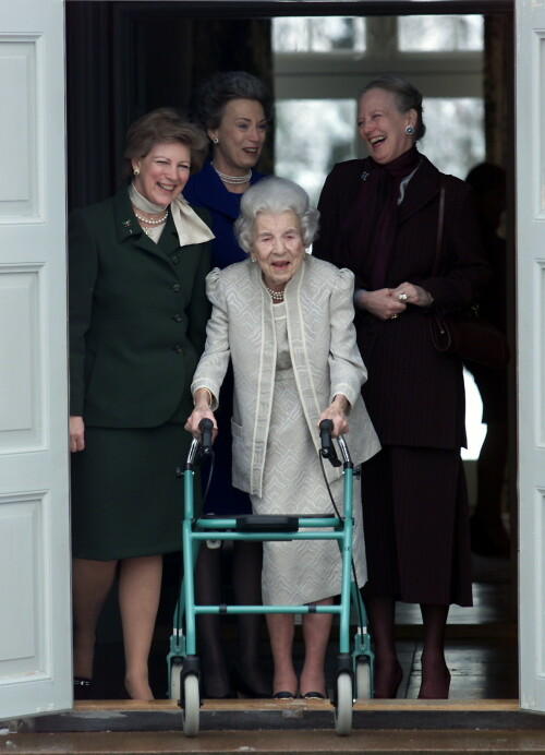 <strong>VISTE MÅTEHOLD:</strong> Prinsesse Benedikte skriver at hun og hennes to søste, dronning Margrethe og Anne-Marie av Hellas ble lært opp til måtehold av dronning Ingrid. Her er de sammen under dronningens 90-årsdag i 2000. Hun døde like etter. Foto: NTB Scanpix