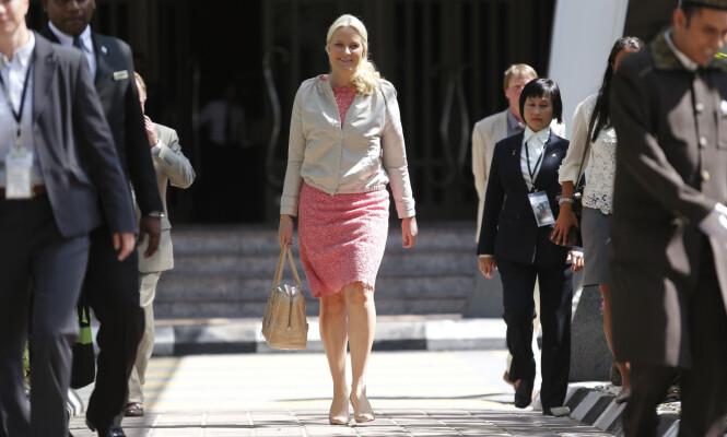 <strong>- FRYKTELIG GALT:</strong> Kronprinsesse Mette-Marit har selv uttalt at hun synes fokuset på klær blir feil, når jobben hun legger ned bør stå i fokus. Her fra Malaysia i 2013, som episoden nedenfor handler om. Foto: NTB scanpix