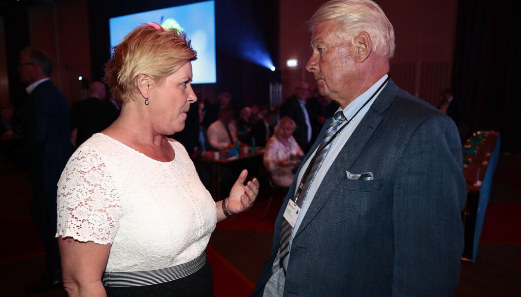BOMPENGESMELL: Siv Jensen og Carl I. Hagen utveksler noen ord på Frp-landsmøtet. Foto: Lise Åserud / NTB scanpix