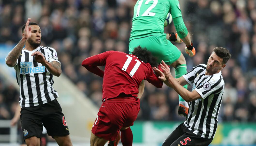 SKADET: Salah ble liggende etter denne duellen. Foto: NTB Scanpix