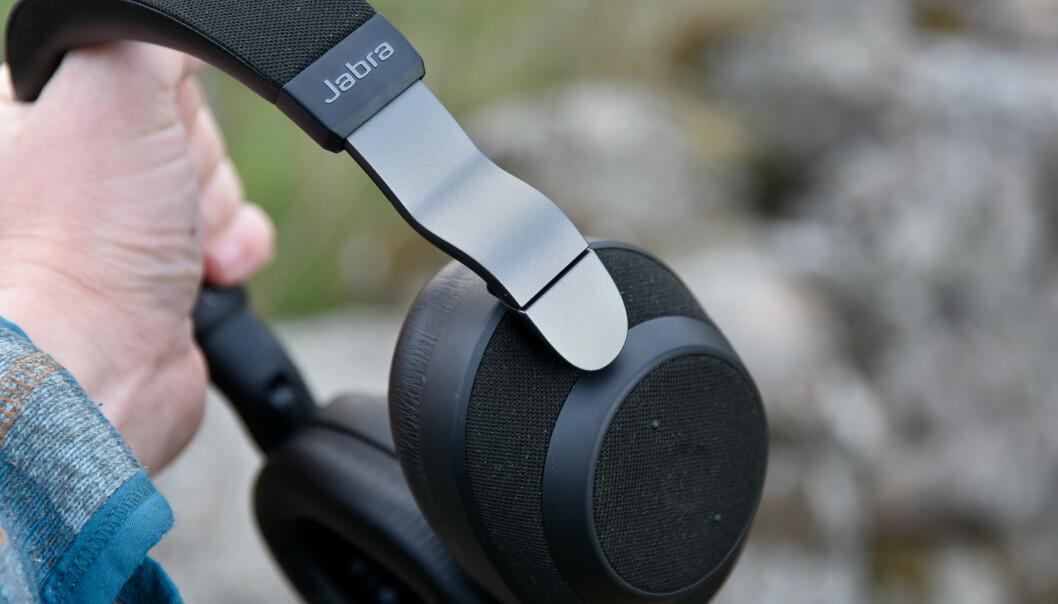 <strong>REGNTETTE:</strong> Åtte mikrofoner er å finne på utsiden av Jabra Elite 85h, men de er nok gjemt bak stoffet. Dessuten er de tettet mot regn; en egenskap svært få konkurrenter kan skilte med. Foto: Pål Joakim Pollen