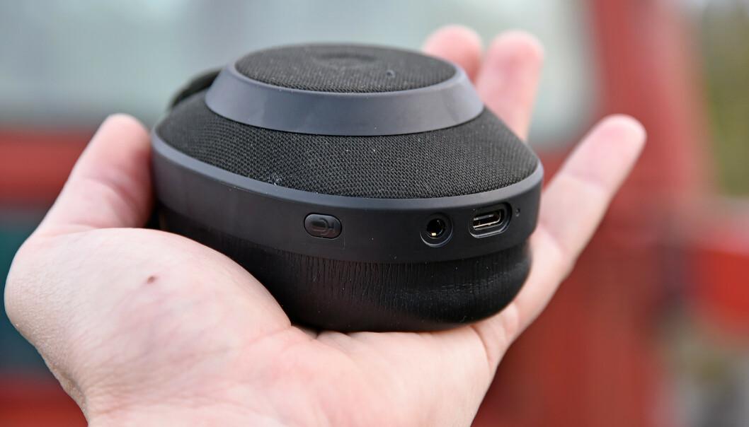 <strong>IKKE MANGE KNAPPER:</strong> Musikkavspillingen styrer du direkte på høyre øreklokke, og den har også port for 3,5mm-ledning, USB-C-lading og aktivering av stemmeassistent. På venstre øreklokke er bare en knapp for bytting mellom støyreduksjon, hearthrough eller ingen av dem.