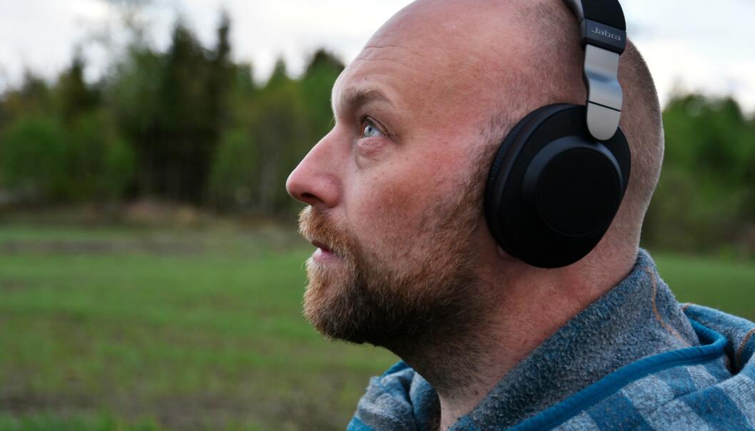 <strong>MEGET GODE:</strong> Jabra Elite 85h leverer meget bra både på lydkvalitet og støyreduksjon. Foto: Pål Joakim Pollen (med selvutløser)