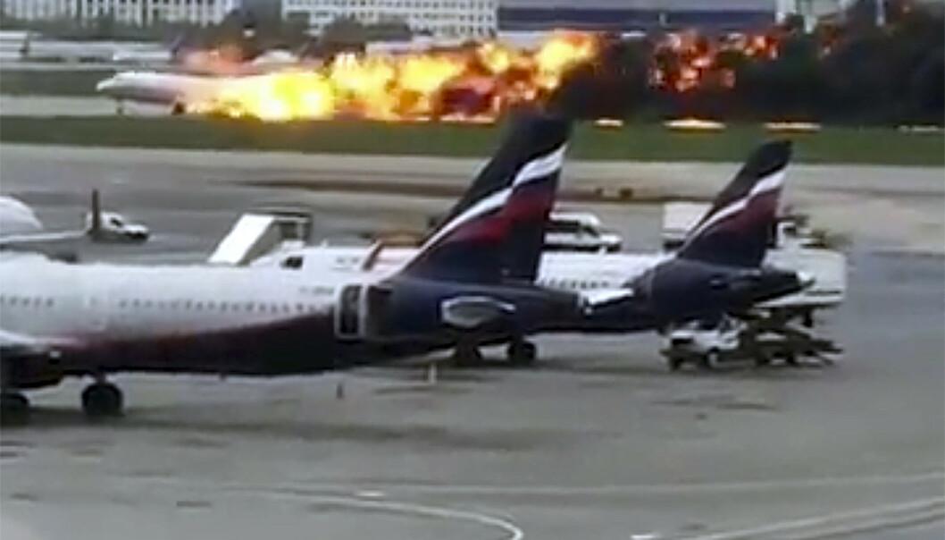 Dette bildet tatt av en Instagram-bruker viser dramaet på flyplassen i Moskva søndag. (Foto: @artempetrovich via AP / NTB scanpix)
