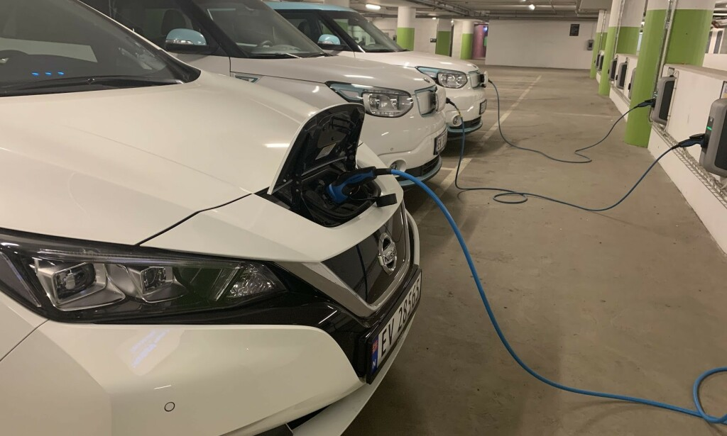 LADING AV ELBIL: Regjeringen foreslår å lovbestemme rett til elbillading i borettslag. Foto: Bjørn Eirik Loftås