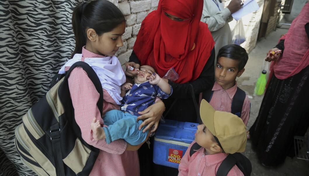 Et barn i Lahore i Pakistan blir vaksinert mot polio. Foto: K.M. Chaudary / AP / NTB scanpix