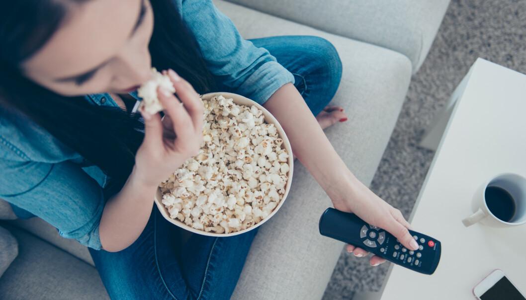 TRØST? Kanskje det er slik at søtsaker trøster en ensomhetsfølelse, eller kanskje det er slik at når man skal kose seg alene, så er det søtsaker og romantiske filmer som gjelder, undrer eksperten. FOTO: NTB Scanpix