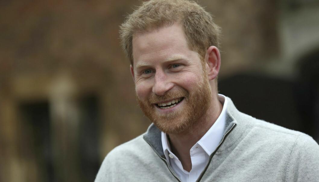 STOLT NYBAKT FAR: Prins Harry tok seg tid til å snakke med pressen kort tid etter at babynyheten ble kjent. Han skrøt av kona og var tydelig stolt over både Meghan og sin nyfødte sønn. FOTO: NTB Scanpix