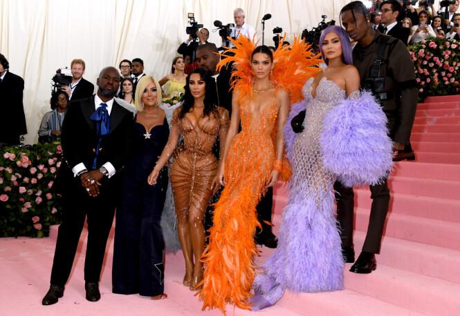 FAMILIE: Store deler av Kardashian/Jenner-klanen dukket opp på løperen. Fra venstre: Corey Gamle, Kris Jenner, Kim Kardashian, Kanye West, Kendall Jenner, Kylie Jenner og Travis Scott. Foto: NTB scanpix