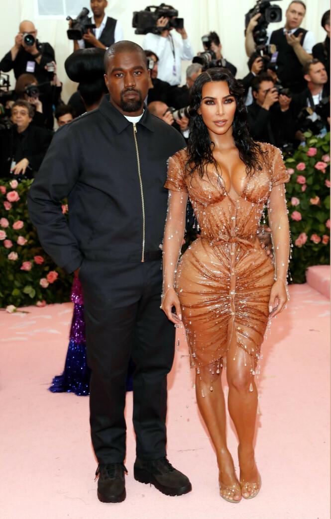 VINTAGE: Kim Kardashian West hadde på seg en kjole fra Mugler, med det som kunne virke som små regndråper. Foto: NTB scanpix