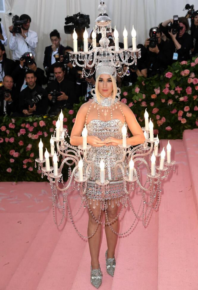 LYSTE OPP: Popstjerna Katy Perry skilte seg virkelig ut på den rosa løperen, i dette lysende antrekket fra Moschino. Foto: NTB scanpix