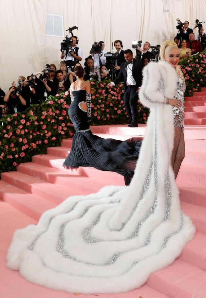 LODDENT: Gwen Stefanis lange og glitrende slør fanget blitsregnet. Foto: NTB scanpix