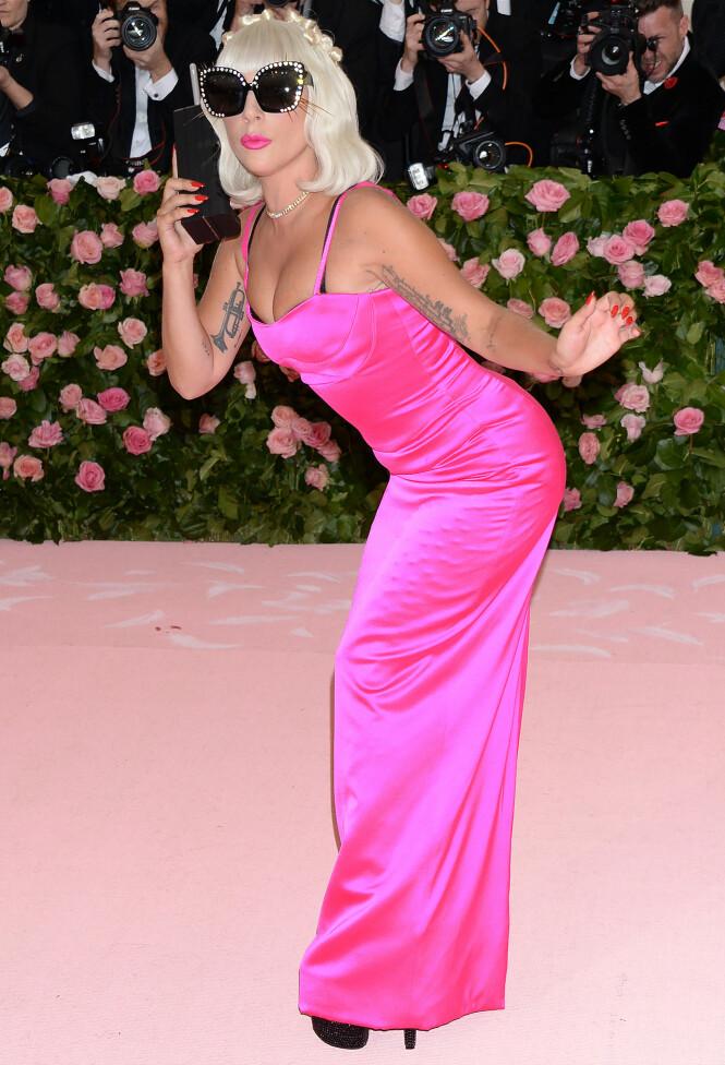 KREATIV: Designer Brandon Maxwell og Lady Gaga har virkelig hatt det gøy med årets Met-tema. Foto: Scanpix