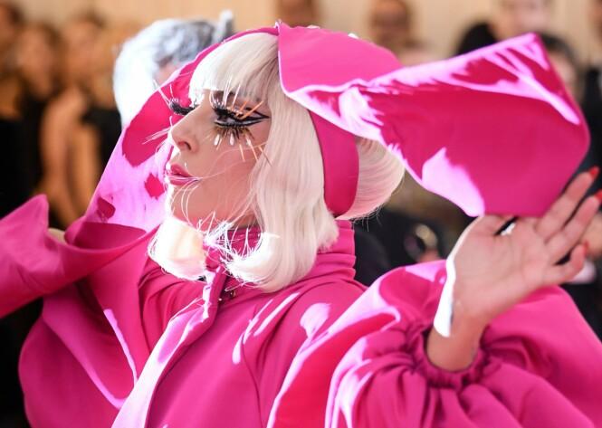 LEGG MERKE TIL ØYNENE: Se på de fantastiske vippene Lady Gaga hadde fått satt på for anledningen. Foto: Scanpix