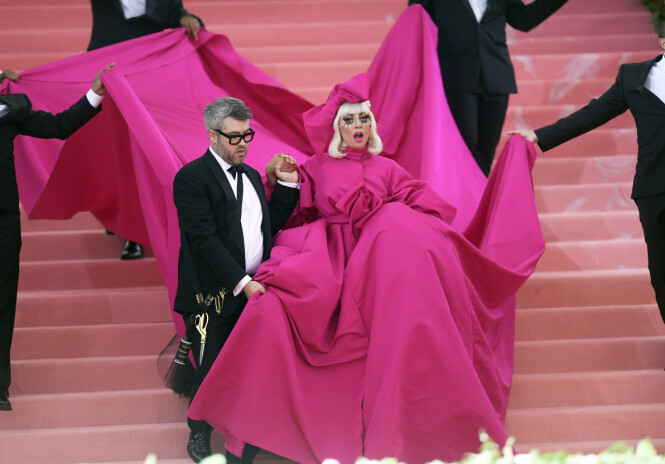MED DESIGNEREN: Sammen med designeren bak antrekkene hennes, Brandon Maxwell, var Lady Gaga blant de første til å komme ut på den røde Met-løperen i år. Foto: Scanpix