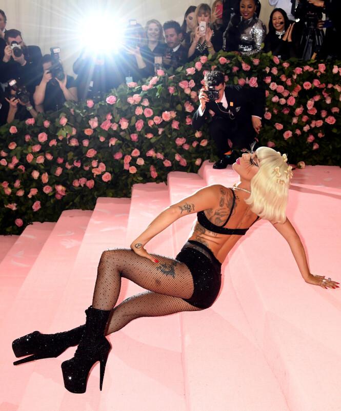FOR EI DAME: Lady Gaga skapte virkelig god stemning på den røde løperen. Bare se på ansiktsuttrykkene til pressen. Gøy! Foto: Scanpix