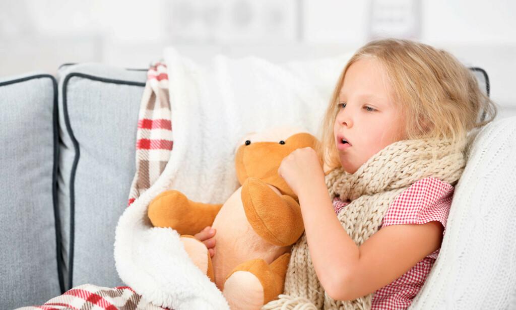 BARN SOM HOSTER: Som regel er forkjølelse årsaken, men noen ganger har hosten andre årsaker. Foto: NTB Scanpix/Shutterstock