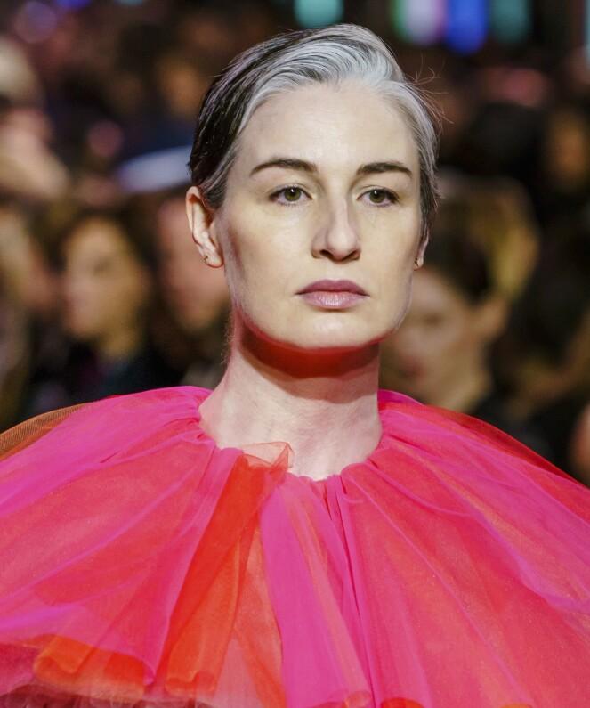 SLUTTET Å FARGE HÅRET: Modellen Erin O'Connor (41) går visninger for de store motehusene og har sluttet å farge håret. FOTO: NTB Scanpix