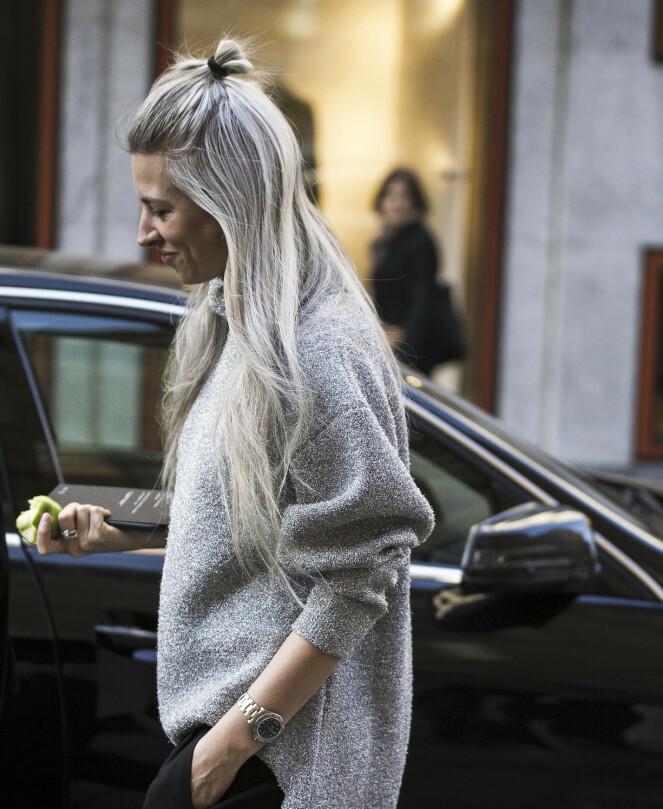 FIKK GRÅTT HÅR SOM 16-ÅRING: Sarah Harris fra britiske Vogue fikk grått hår da hun var 16. Det har blitt hennes varemerke. FOTO: NTB Scanpix