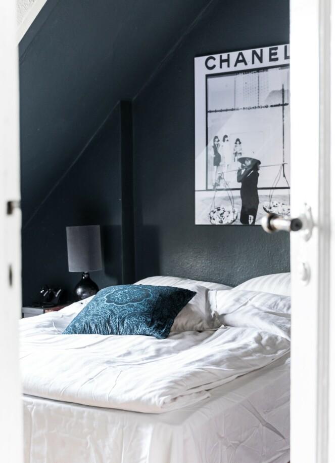 På soverommet falt valget på en helt mørk veggfarge som paret elsker.