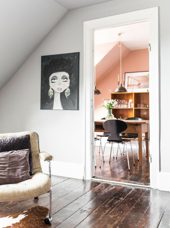 Alle maleriene som henger på veggene, har Sofie malt selv. Hun har alltid elsket å male ansikt, og det kreative stammer nok fra moren, som også alltid har malt.