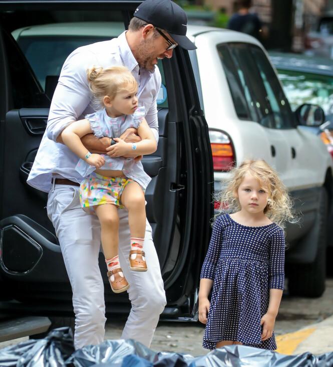 <strong>SMÅBARNSFAR:</strong> Ryan Reynolds innrømmer at det ikke alltid går smertefritt for seg når han er ute og flyr med døtrene Inez og James. Her avbildet i New York i august. Foto: NTB scanpix