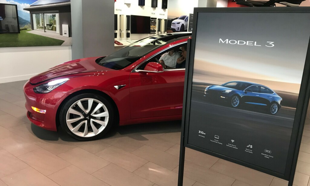 BENSIN ER MER POPULÆRT: Elbiler som Tesla Model 3 er fortsatt priset for høyt i Norden, ifølge en fersk spørreundersøkelse. Foto: Øystein B. Fossum