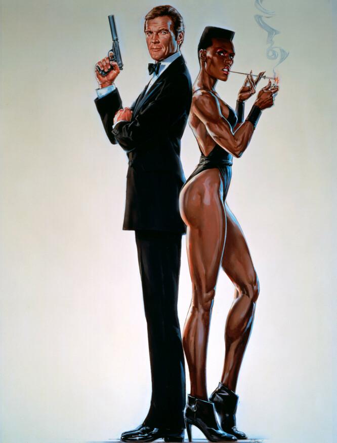 IKONISK KJÆRESTE: Ser han ikke litt engstelig ut, Roger Moore, stilt overfor Grace Jones' skurkaktige lange ben? FOTO: NTBScanpix.