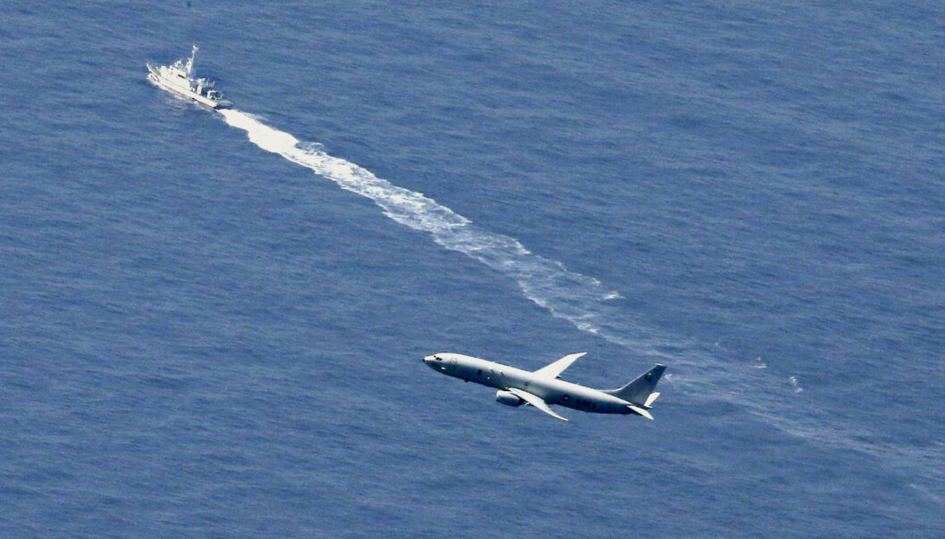 Et fartøy fra den japanske kystvakten og et amerikansk militærfly leter etter F-35-flyet som styrtet i Japan 9. april. Flyskroget er fortsatt ikke funnet. Foto: Kyodo News via AP / NTB scanpix