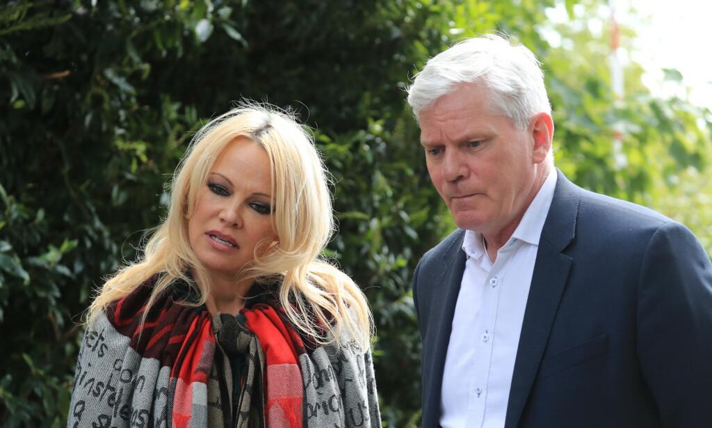 FØRSTE BESØK: Pamela Anderson og Kristinn Hrafnsson besøkte Julian Assange i fengselet tirsdag. Foto: NTB Scanpix