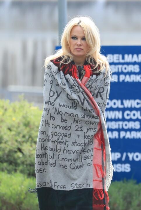 TYDELIG BUDSKAP: Pamela Anderson hadde på seg en form for kappe, med et tydelig budskap om retten til fri tale. Foto: NTB Scanpix