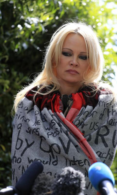 SNAKKET MED PRESSEN: Pamela Anderson stilte villig opp foran pressekorpset utenfor fengselet. Foto: NTB Scanpix