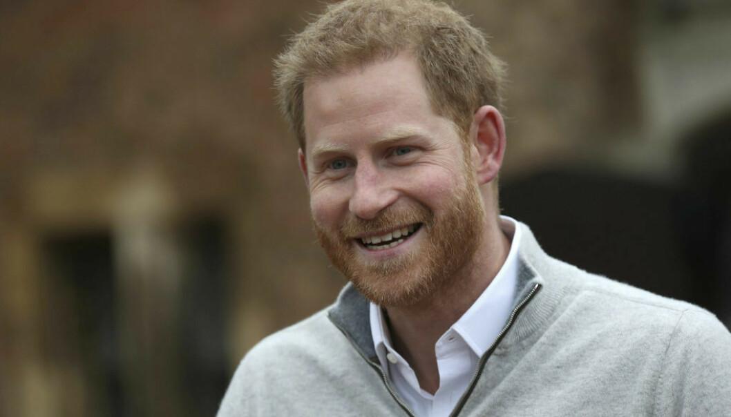 NYBAKT FAR: Prins Harry tok seg tid til å snakke med pressen kort tid etter at babynyheten ble kjent. Han skrøt av kona og var tydelig stolt over både Meghan og sin nyfødte sønn. FOTO: NTB Scanpix