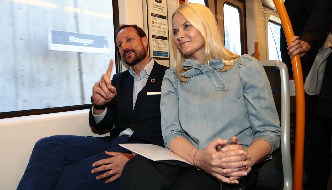 Kronprinsesse Mette-Marit hadde med kronprins Haakon på turen med T-banen. Foto: Lise Åserud / NTB scanpix