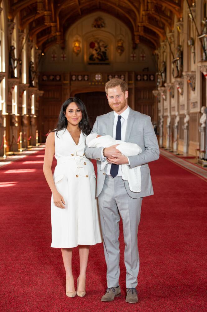 FAMILIE PÅ TRE: Mandag morgen ble hertuginne Meghan (37) og prins Harrys (34) foreldre til sitt første barn. Nå viser de fram sønnen, der bildene er tatt i Windsor Castle. Foto: Pa Photos / NTB Scanpix