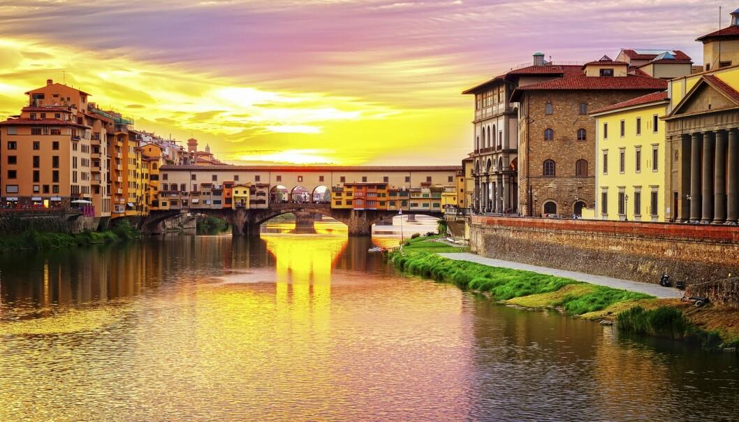 VAKKERT SYN: Solnedgang over brua som har stått over elven Arno siden år 1345, Ponte Vecchio. Foto: NTB Scanpix