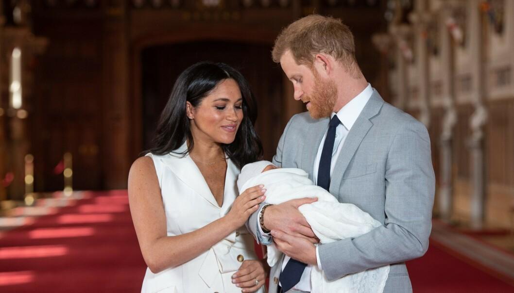LYKKELIGE FORELDRE: Hertuginne Meghan og prins Harry viste frem sønnen i St George's Hall på Windsor Castle to dager etter fødselen. Samme ettermiddag avslørte de navnet på den lille. FOTO: NTB Scanpix