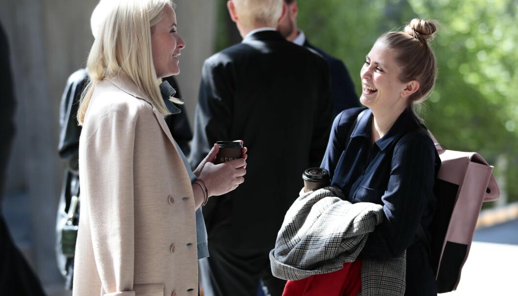 LATTER: Det var god stemning mellom kronprinsessen og Silje Nordnes på Kolsås onsdag formiddag. Foto: NTB Scanpix