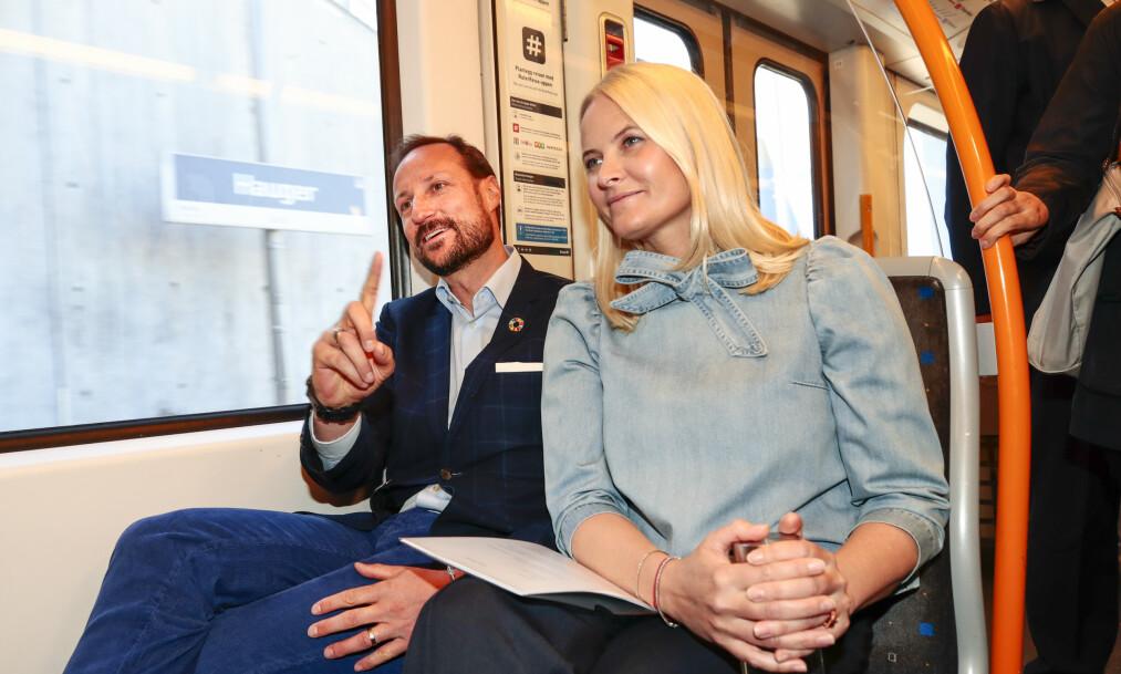 PÅ T-BANEN: Onsdag startet kronprinsesse Mette-Marit sin bokturné, og med seg hadde hun kronprins Haakon. Men klarer du å se hvem kronprinsessen ligner på? Foto: NTB Scanpix