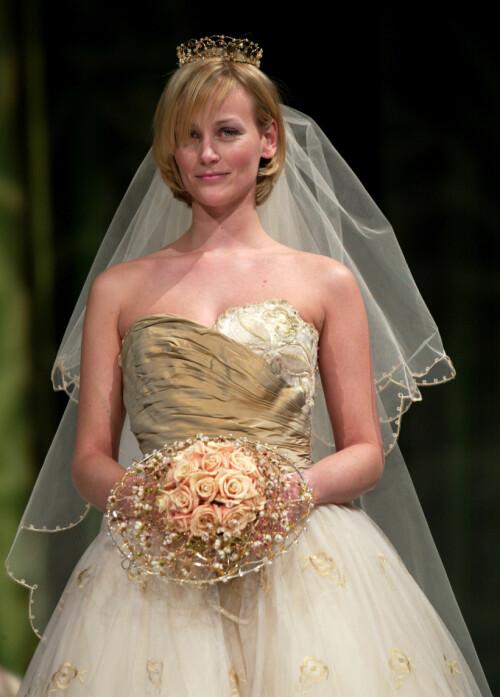MODELL: Cathrine Knudsen var sammen med kronprins Haakon fra 1994 til 1996. Her i 2002, da hun gikk modell under et brudeshow på hotell Plaza i Oslo. Foto: NTB Scanpix
