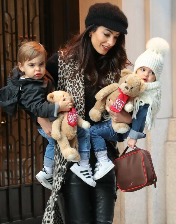 SØTE SMÅ: Amal har armene fulle med to små barn og deres bamser. Foto: NTB Scanpix
