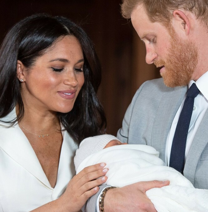 FØRSTE MØTE: Onsdag fikk verden endelig se lille Archie for første gang. Kort tid etter avslørte de stolte foreldrene hva de har valgt å kalle ham. Foto: NTB Scanpix