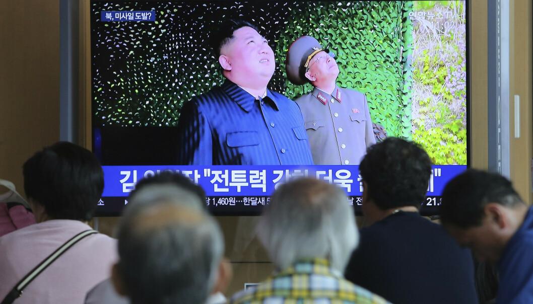 TV-bilder viser Kim Jong-un mens han følger med på utskytingene sist lørdag. Bildet er fra togstasjonen i Seoul. Foto: Ahn Young-joon / AP / NTB scanpix
