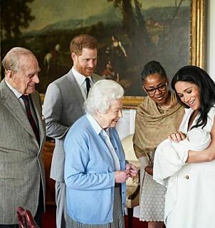 <strong>HISTORISK MØTE:</strong> Dronning Elizabeth og prins Philip møtte Archie for første gang onsdag. Meghans mor Doria Ragland var også til stede. Foto: AP / NTB Scanpix