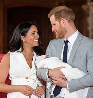 <strong>STOLTE:</strong> Meghan og Harry klarte ikke slutte å smile da de møtte pressen på Windsor Castle onsdag. Foto: Reuters / NTB Scanpix