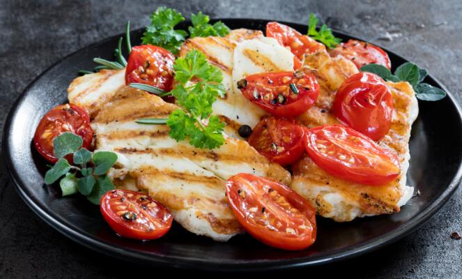 PASS PÅ MENGDEN: - Det er minst 20 prosent fett i halloumi, noe som er høyt sammenliknet med for eksempel magert kjøtt som kylling og svinefilet. Derfor bør du passe litt på inntaket. FOTO: NTB Scanpix