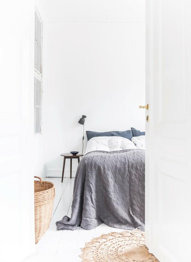 Soverommet er enkelt innredet i avdempede farger. Foto: Benjamin Lee Rønning Lassen